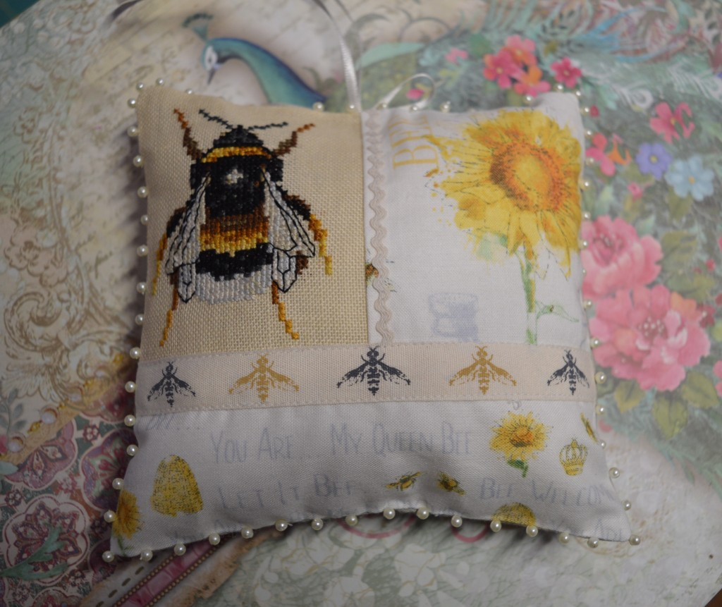 Bee cross-stitch